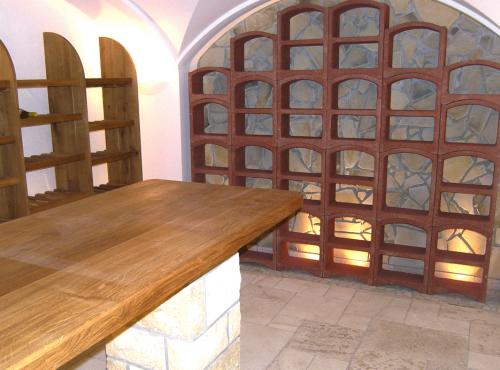 Aménagement d'une cave voutée avec différents modules Bloc Cellier